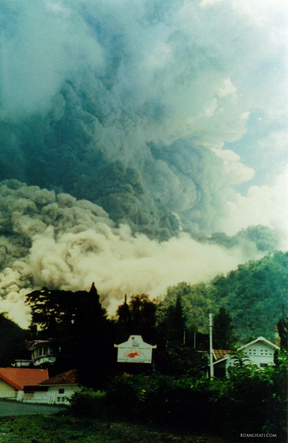 Foto bagaimana wedus gembel Merapi menggulung pemukiman warga yang dilalui sangat cepat